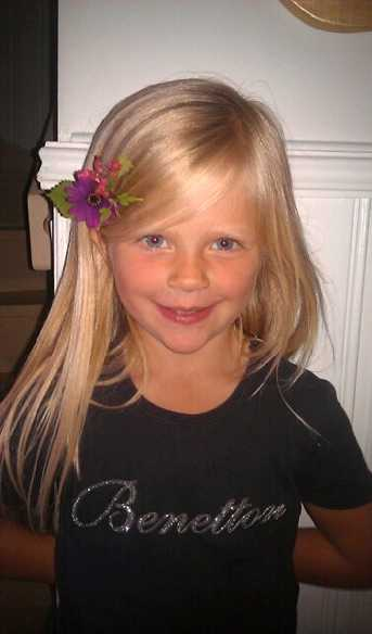 Tindra, 5, ville vara lika fin som mamma med blommor i håret.