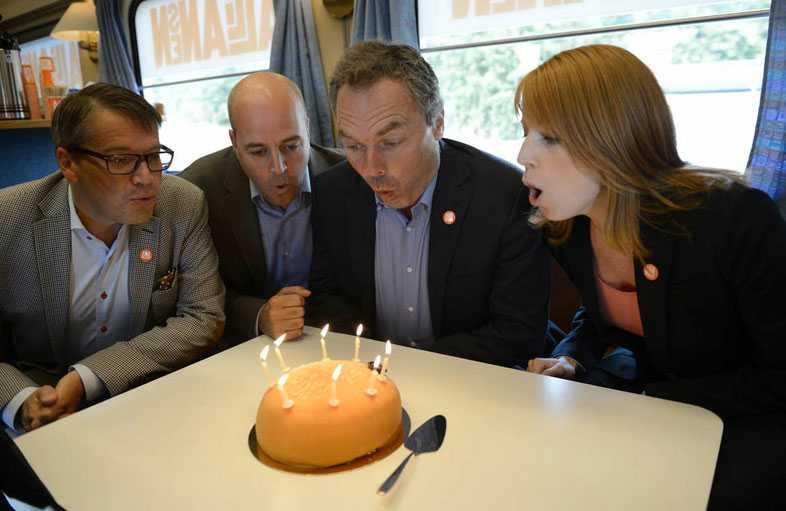 FIRAR FÖDELSEDAG. Alliansens partiledare Göran Hägglund (KD), Fredrik Reinfeldt (M), Jan Björklund (FP) och Annie Lööf (C), blåser ut ljus på tårtan för att fira att det är åtta år sedan samarbetet bildades.