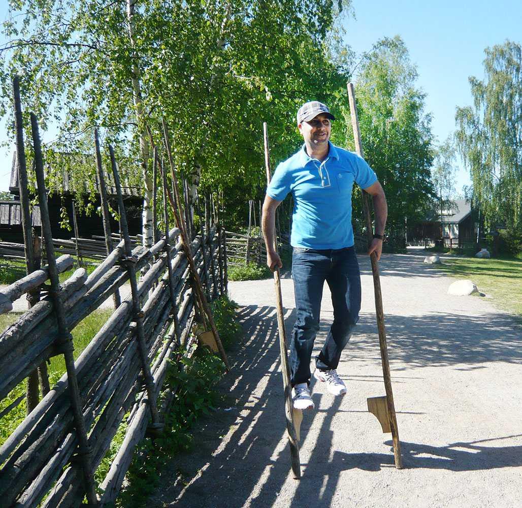 Mohamed Belkaid på styltor. Bilderna som Aftonbladet fått visar Belkaid göra vardagliga saker när han bodde i Sverige.