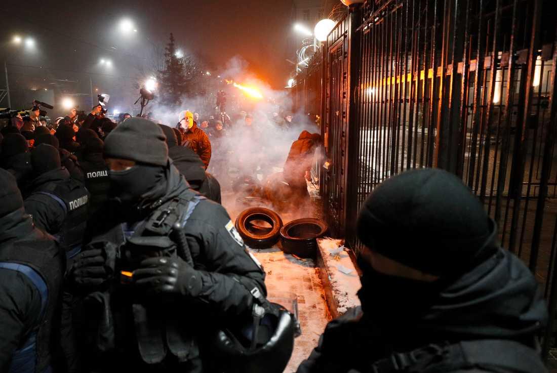 Polis, demonstranter och media utanför ryska ambassaden i Kiev.