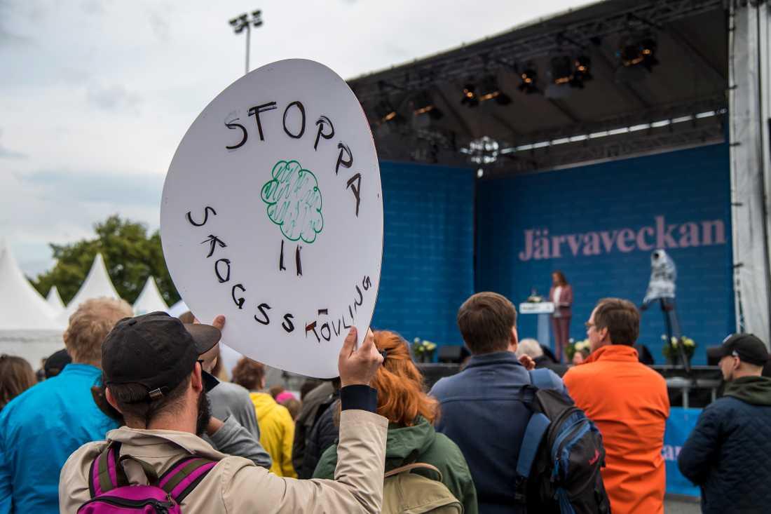En demonstrant säger sitt till Annie Lööf.