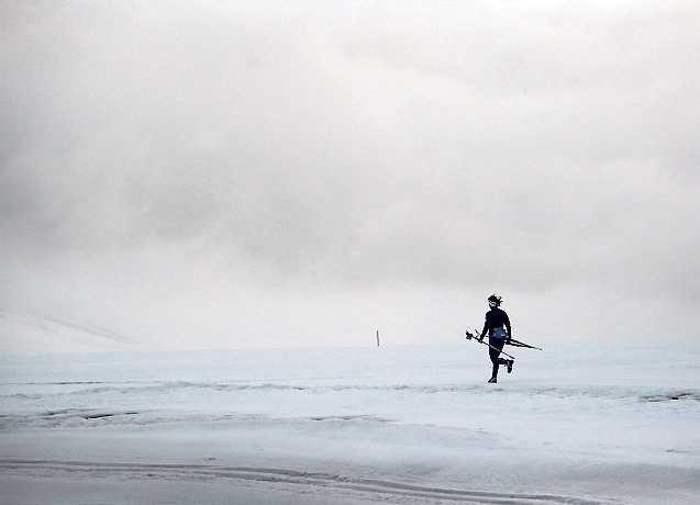 """08.15, lördag: Kalla värmer med lite jogging. Hon håller sig för sig själv under det nästan tre timmar långa passet. """"Jag tänker på min teknik, och får lite egen tid"""" säger hon."""
