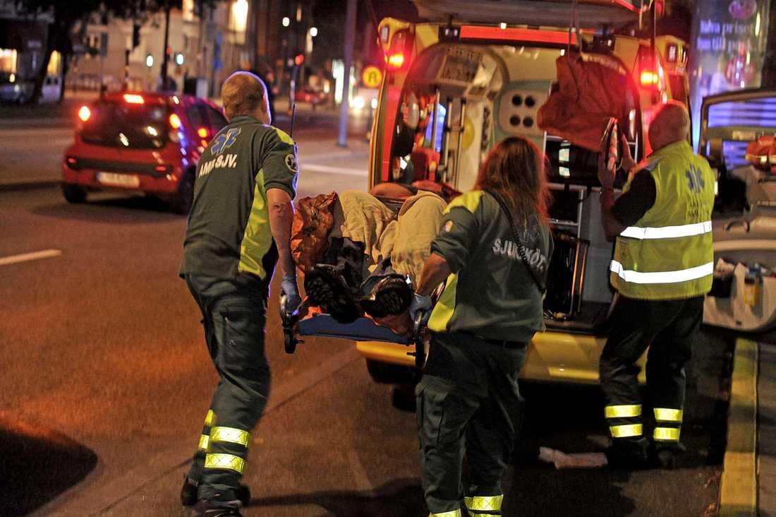 Hells Angels-anhängare gick till attack mot Outlaws-medlemmar på en krog i Skanstull i Stockholm med knivar, slag och sparkar.