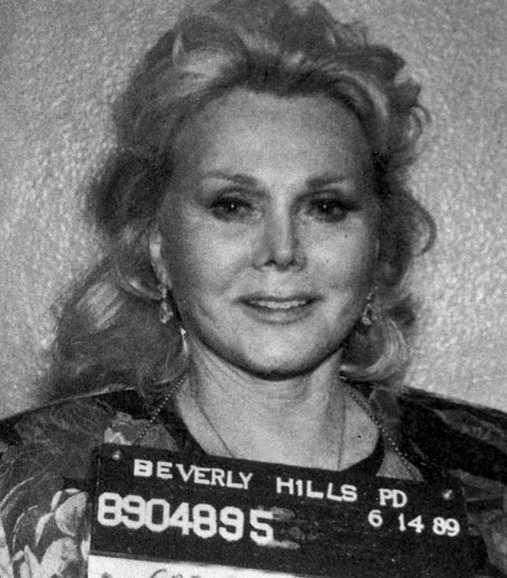 Skådespelerskan Zsa Zsa  Gabor, 95, slog till en polis i juni 1989. Straffet: 72 timmars fängelse — och 120 timmars samhällstjänst.