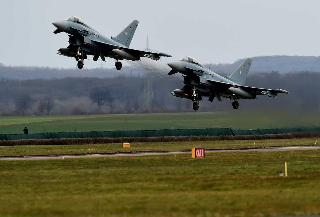 Arkivbild. Två Eurofighters lyfter i samband med en flyguppvisning i Tyskland.