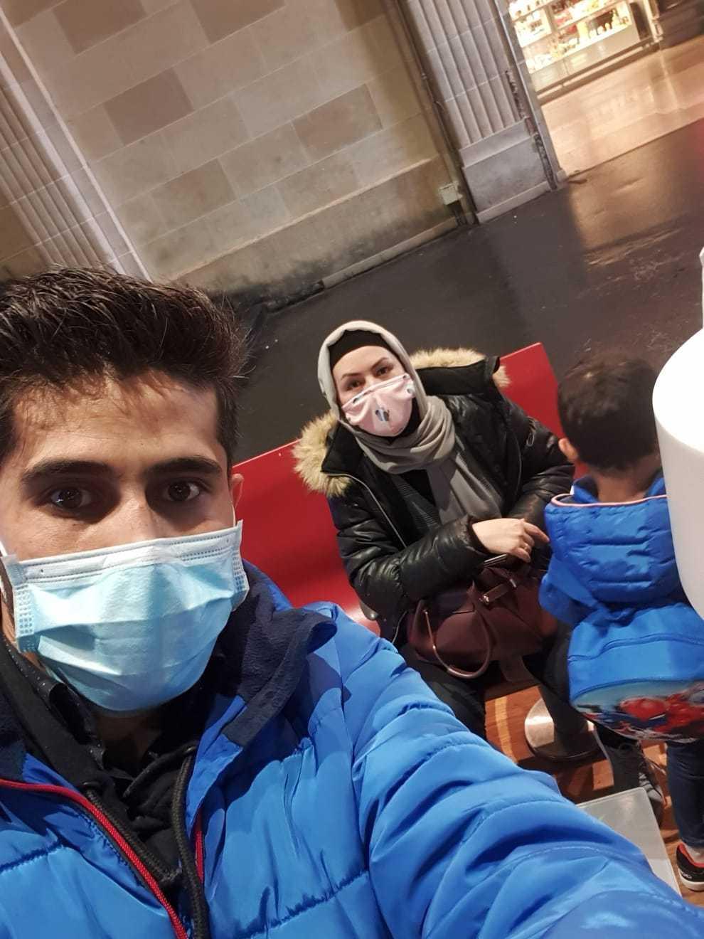 Familjen vid ankomsten till tågstationen Garde de l'Est i Paris sent på kvällen den 20 oktober.