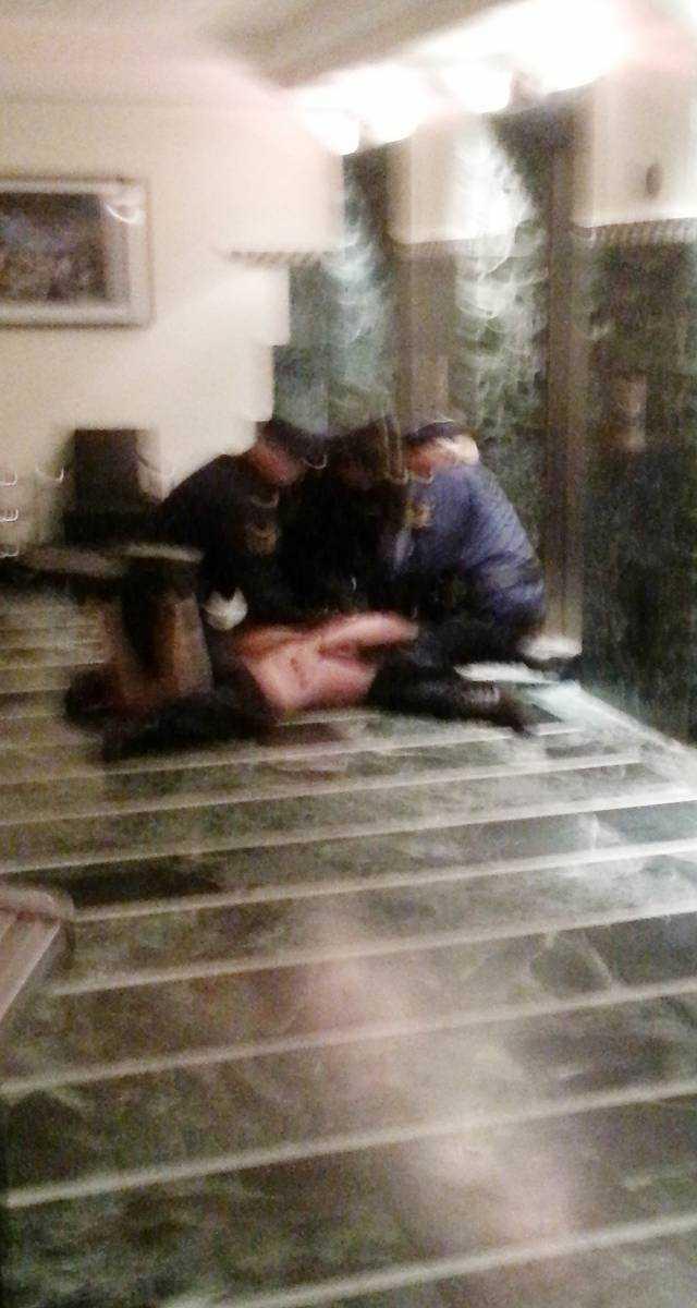 BROTTAS NER AV POLIS Polisen trycker ner mannen i 35-årsåldern på golvet.