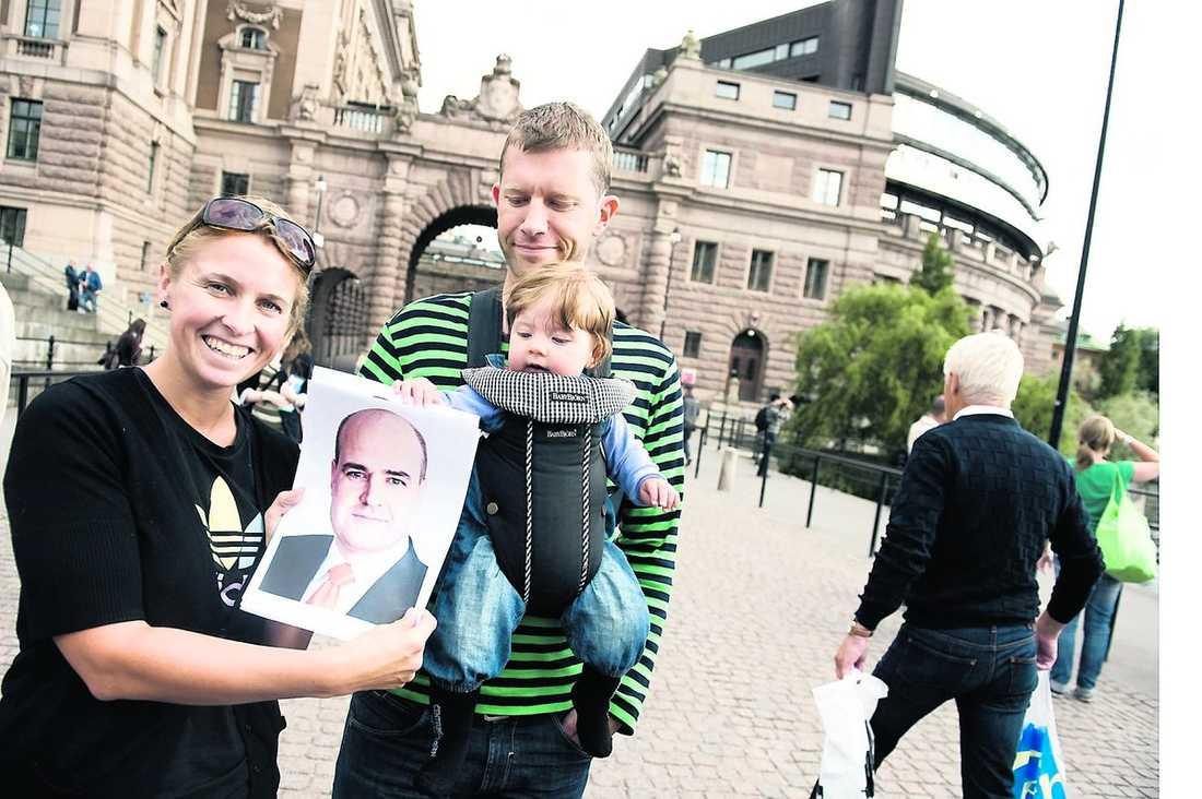 """inget lätt val Line Raahauge Hvass, 33, och Anders Raahauge Hvass, 33, har svårt att välja någon av de svenska politikerna över huvud taget. """"Ingen ser trovärdig ut"""", säger de. Efter en stunds dividerande–och """"trots att han inte har något hår""""–faller till sist valet på Fredrik Reinfeldt. Dottern Ida, åtta månader, har också några fingrar med i spelet."""