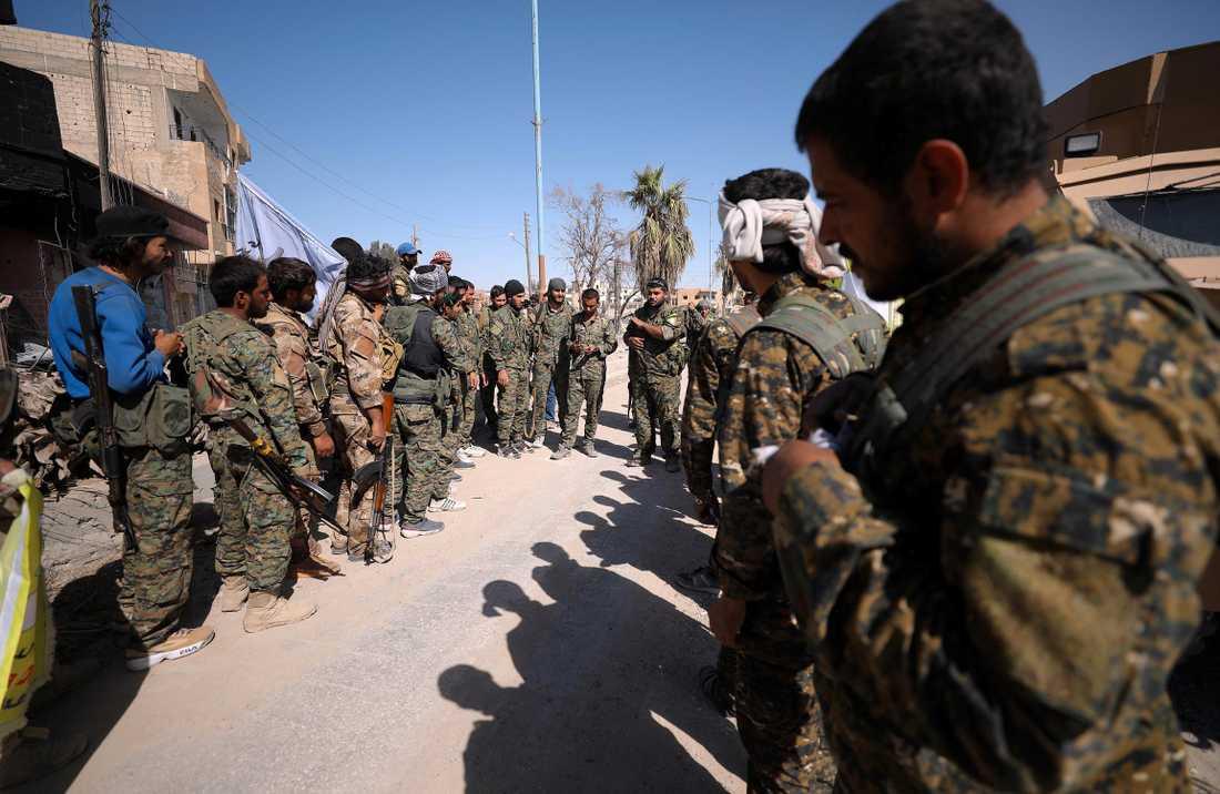 Styrkan SDF lyssnar på instruktioner under slutstriden av Raqqa.
