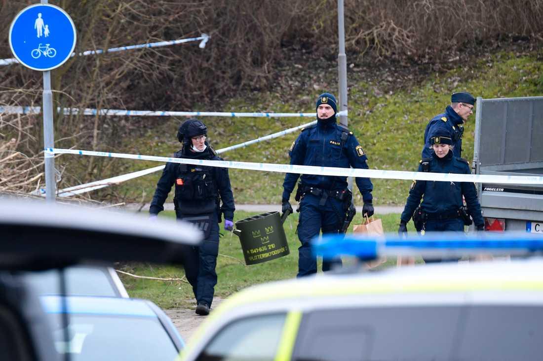 Polisens bombtekniker undersöker ett misstänkt farligt föremål i Malmö. Det bedöms vara skarpt och explosivt.