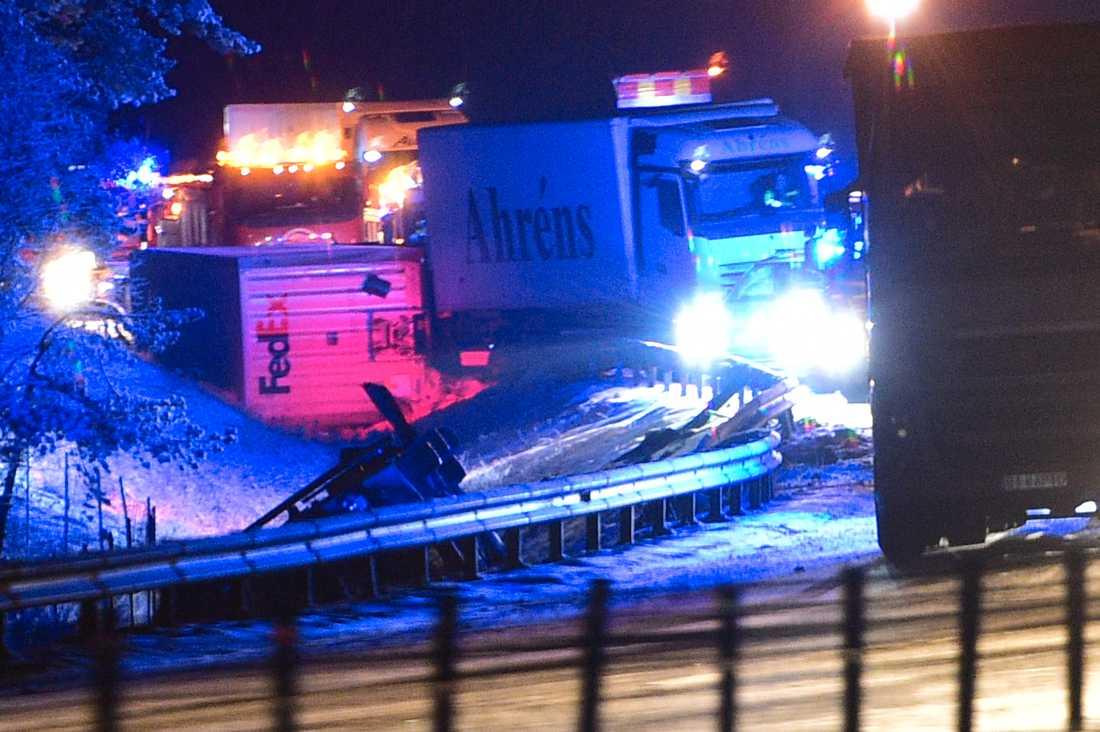 Flera lastbilar är inblandade i olyckan.