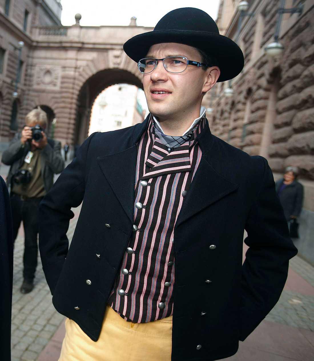 KULTURRADIKAL I dag är det radikalt att bära folkdräkt, tycker Sverigedemokraterna. Här Jimmie Åkesson i en Blekinge-dräkt som han hyrt av Skansens klädkammare.