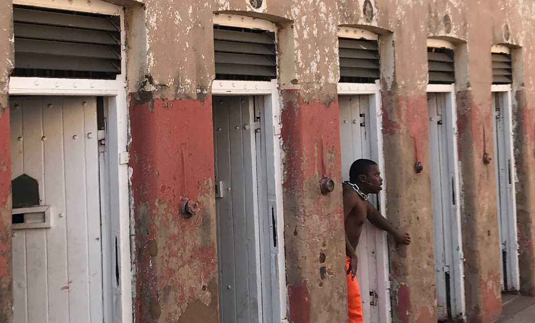 Den sydafrikanska poeten Tshepo Molefe under en uppläsning i det gamla fängelset i Johannesburg, Constitution Hill. Kedjan tillhör framförandet.