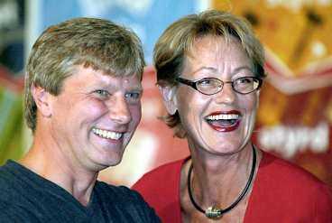 ETT GOTT SKRATT Lars Ohly skrattar mycket och liksom företrädaren Gudrun Schyman trivs han i rampljuset. - Vi tycker till 98 procent lika, men visst är jag oftare arg, säger den nye vänsterledaren.