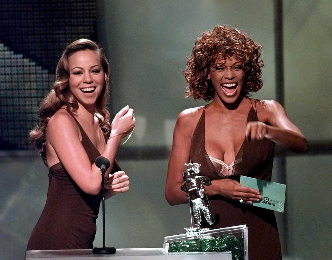 Mariah Carey och Whitney Houston delar ut pris tillsammans på en MTV-gala 1998.