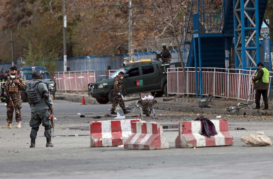 Säkerhetsstyrkor inspekterar den plats där en självmordsbombare sprängde sig nära måndagens shiamuslimska demonstration i Afghanistans huvudstad Kabul.