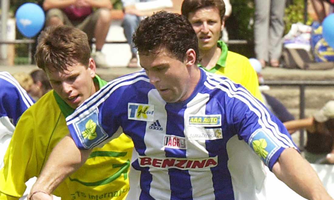 Jagr spelar... fotboll. Detta i välgörenhetens tecken i juli 2002.