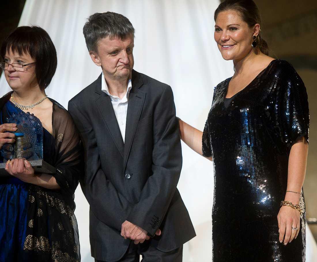 Kronprinsessan Victoria delar ut Kunskapspriset till Glada Hudik-teatern. Bosse Östlin tar emot gratulationerna. Foto: PONTUS ORRE