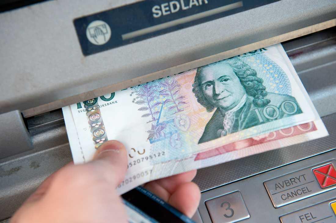 Bara 18 minuter efter bedragarens swish hämtade flickan ut pengarna i en bankomat hemma i Hörby.