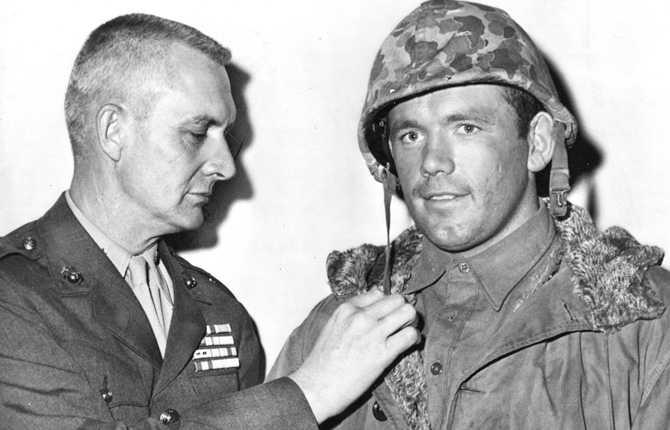 """""""Ingo"""" Johansson blev megapopulär i Sverige men också i USA efter sin VM-titel. Här spelar han in film i Hollywood med stjärnor som Alan Ladd och Sidney Poitier. Fotot är från 1959."""