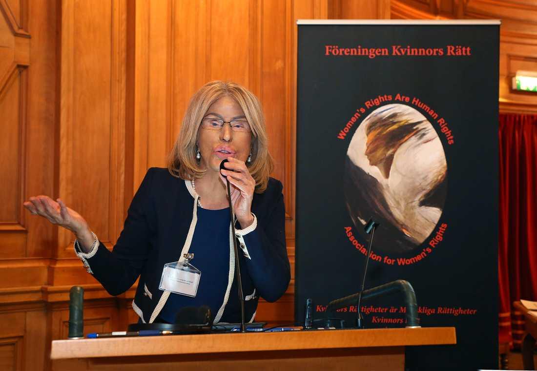Här föreläser Maria Rashidi i Sveriges riksdag.