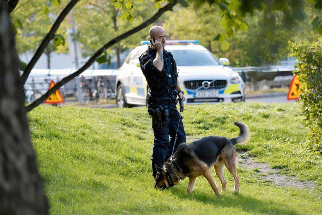 En skjutning har inträffat i Huddinge, i närheten av Sjödalsgymnasiet.