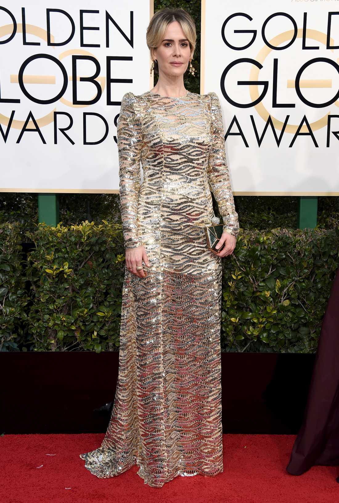 Sarah Paulson Jag gillar egentligen klänningar med lång ärm och mer dolt än vad som är vanligt i Hollywood men den här klänningen av Marc Jacobs kanske blev lite FÖR kristlig? Sarah Paulsen förväntas ju vinna inatt så kanske var man mer fokuserad på guld och metall än elegans. De där puffärmarna var INTE i min smak.  2 plus