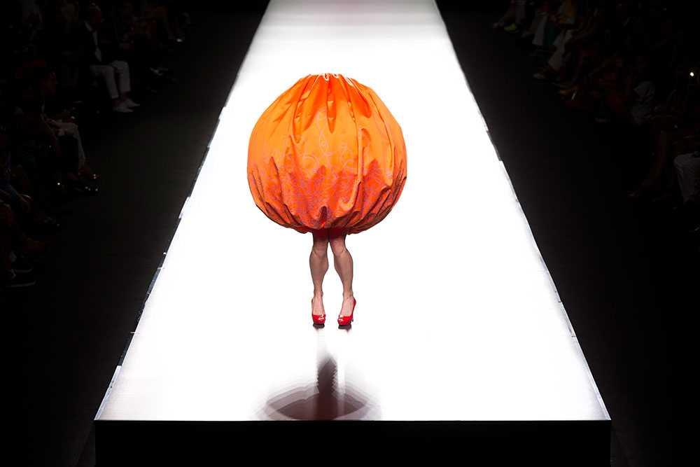 En modell gestaltar en vår/sommar design av Agatha Ruiz de la Prada under modeveckan i Madrid.