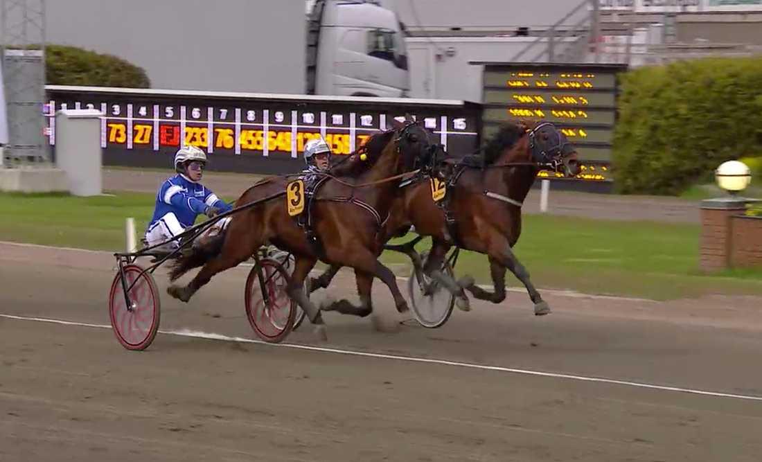 Diamanten (längst till höger) går om Deimos Racing och vinner Kungapokalen.