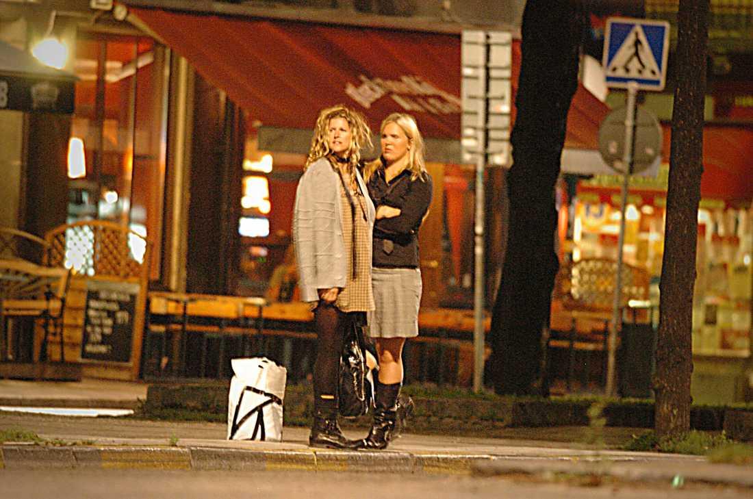 """Fick kyssas i smyg Utförsåkningsstjärnan Anja Pärson och hennes flickvän Filippa, 39, valde under många år att hålla sin relation hemlig. Redan 2007 sågs de tillsammans på Södermalm i Stockholm, där de försökte vinka in en taxi utanför restaurang Blecktornskällaren. Enligt Aftonbladets fotograf gick de tätt bredvid varandra och såg glada ut. Nu, fem år senare, talade Anja Pärson ut om relationen i """"Sommar i P1""""."""