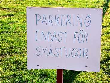Vad du än gör, våga inte ställa BILEN på den här fina stugparkeringen. Birger Jiglund i Perstorp hittade skylten på Edsvikens camping i Grebbestad.
