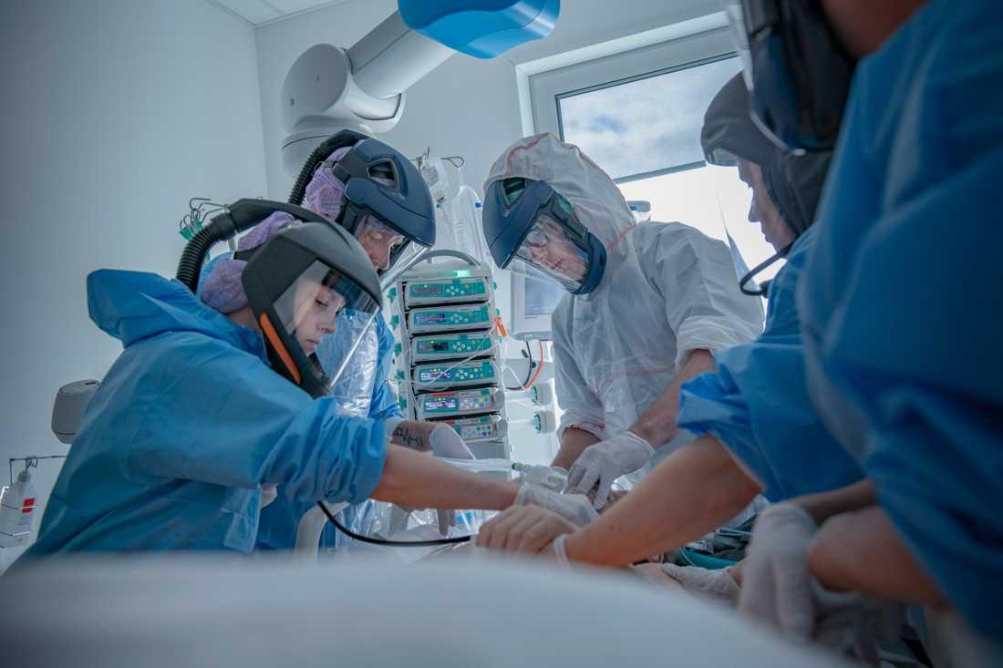 Personal på intensiven i Södertälje jobbar mot corona.