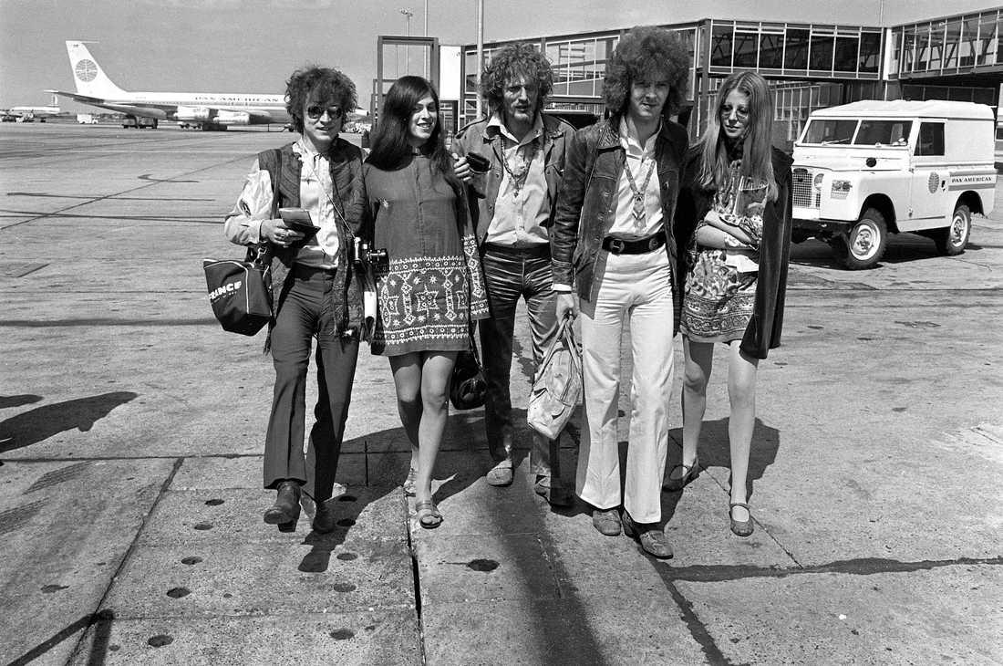 Ginger Baker, mitten, tillsammans med bandkompisarna i Cream, Jack Bruce och Eric Clapton, samt flickvänner, lämnar Heathrow på väg till turne i USA år 1967.