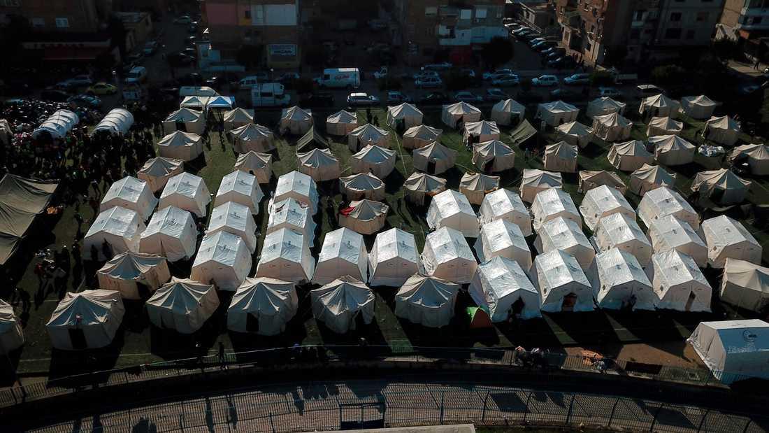 Omkring 12500 personer beräknas stå utan bostad och får i stället bo i tält.