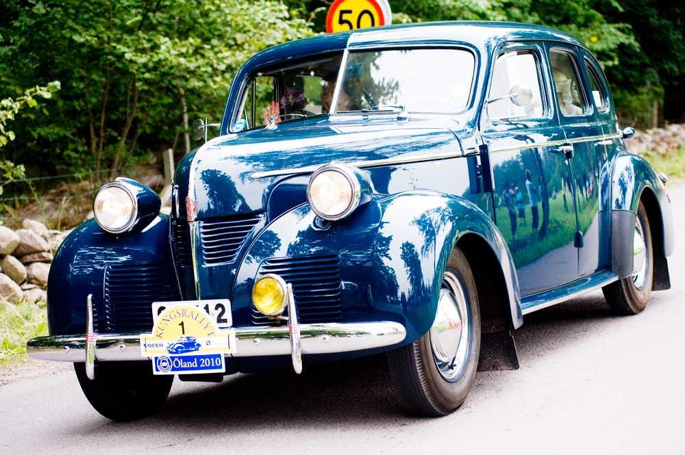 Kungen och drottningen i Carl XVI Gustafs Volvo PV60 från 1946.