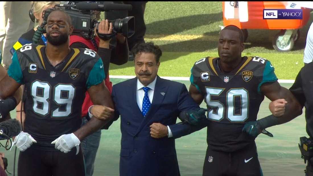 Jacksonville Jaguars ägare och miljardären Shad Khan, som tidigare donerat en miljon dollar till Donald Trumps presidentkampanj, deltar i spelarnas protest.
