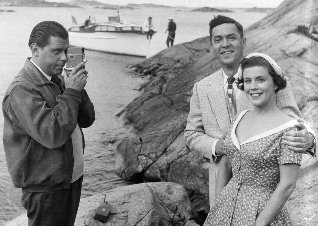 """1954 Sickans make Åke Rapp filmar sin fru och skådespelaren Karl-Arne Holmsten under inspelningen av """"Kärlekens järnridå""""."""