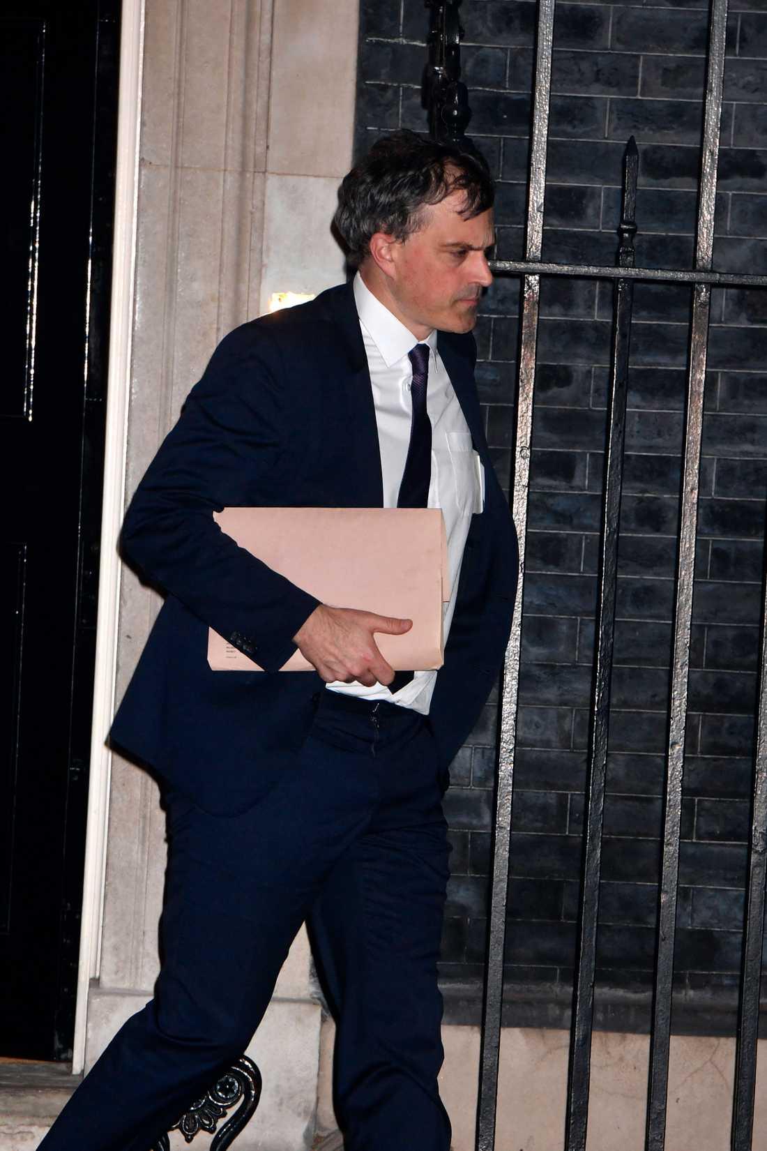 Tory-partiets gruppledare i parlamentet, Julian Smith, lämnar Downing Street 10 på tisdagskvällen.
