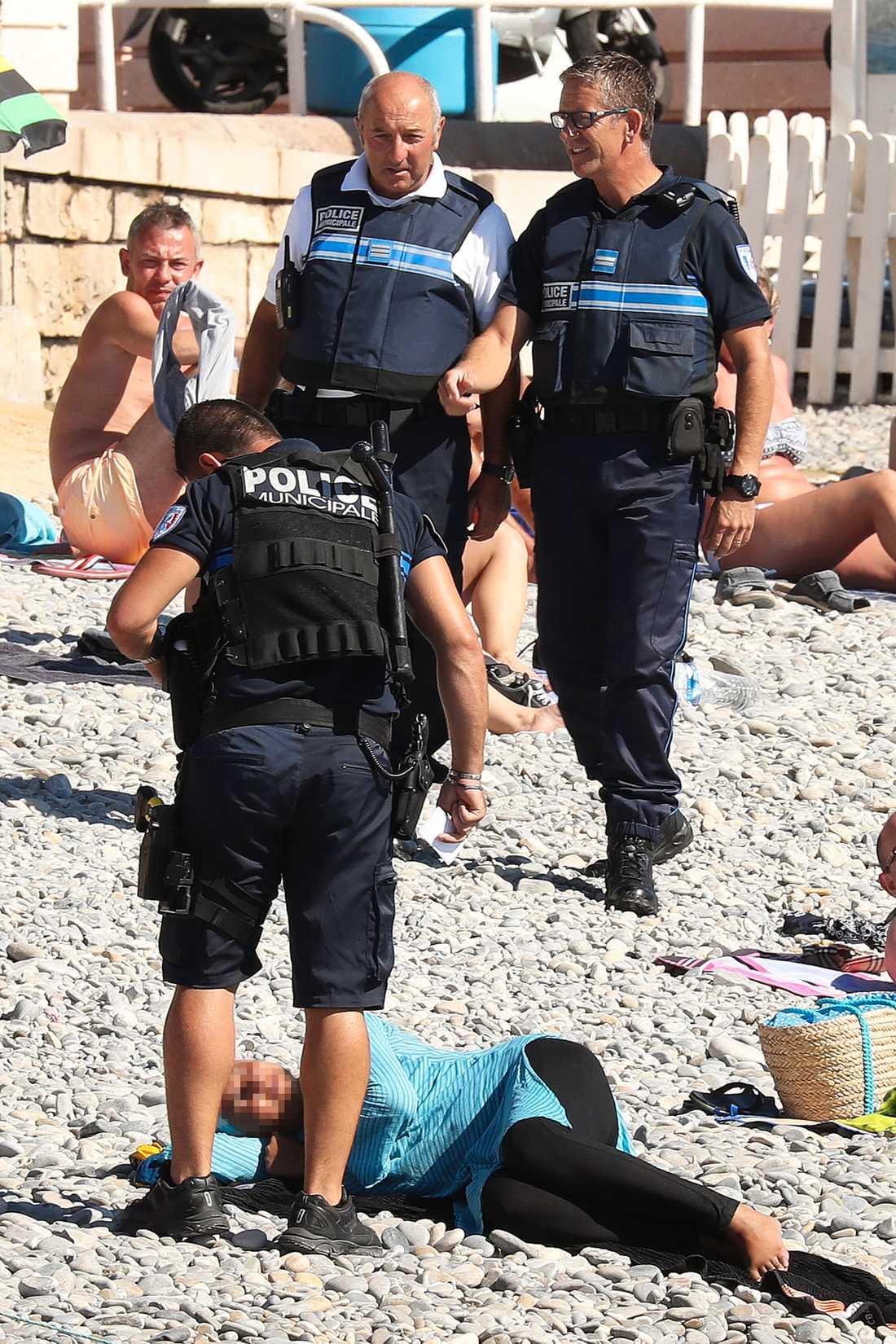 Kvinnan låg och vilade på stranden när polisen dök upp.