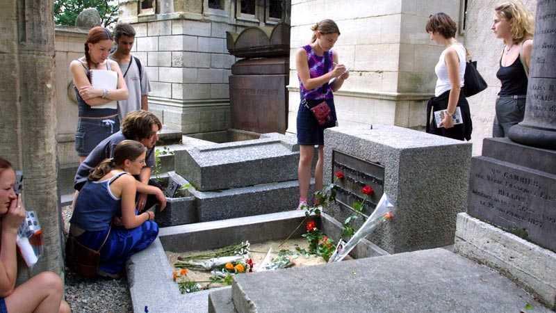 Popikonen Jim Morrisons grav i Paris lockar besökare år efter år.