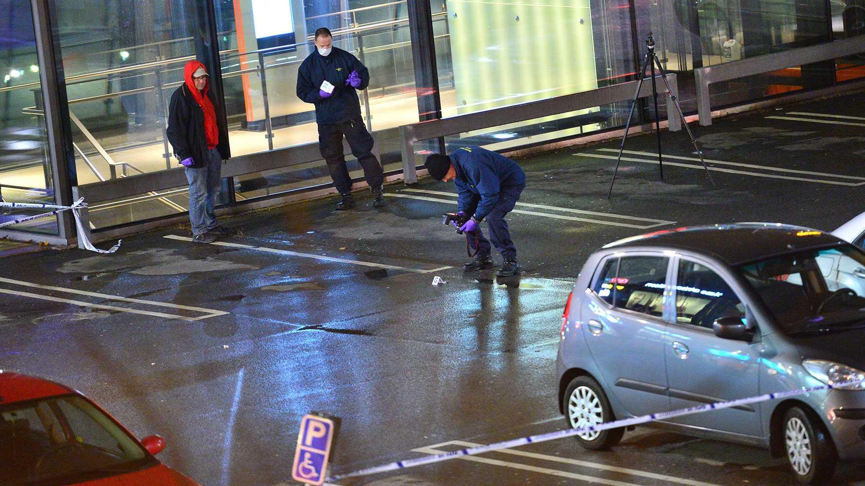 Polisens tekniker på parkeringen.