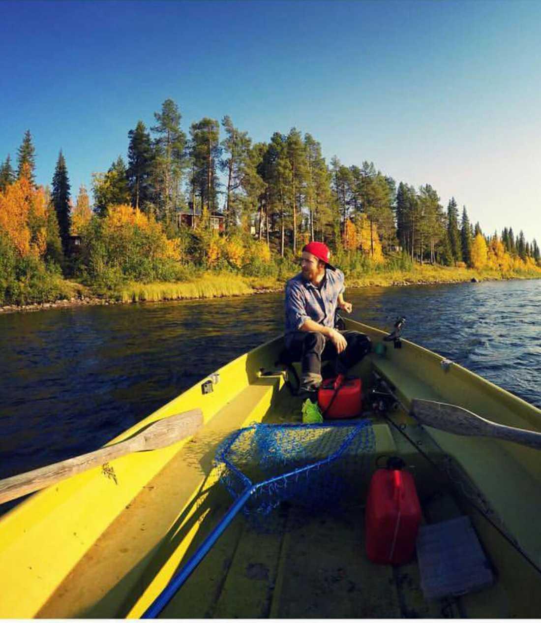 Christofer Pettersson hörde skrik från grannen och upptäckte att något flöt i älven. Han kastade sig ner till sin båt.