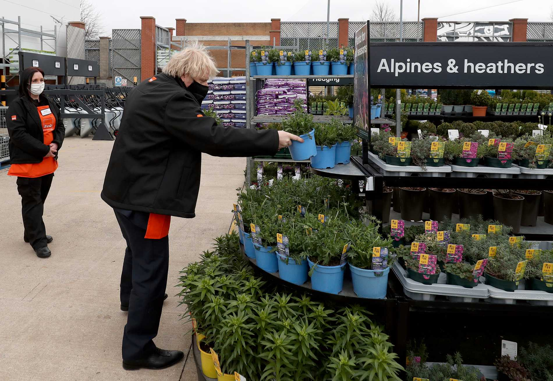 I April har premiärministern även hunnit med ett besök i Middlesbrough. Här kikandes på plantor i ett trädgårdscenter.