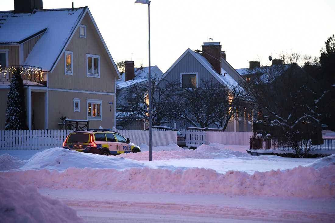En man i 20-årsåldern iförd hand- och midjefängsel har rymt i samband med att han skulle föras in på tingsrätten i Hudiksvall.