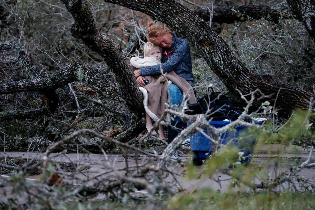 Lisa Rehr håller om sin fyråårige son Maximus efter att de förlorat sitt hem i stormen. Rockport, Texas.