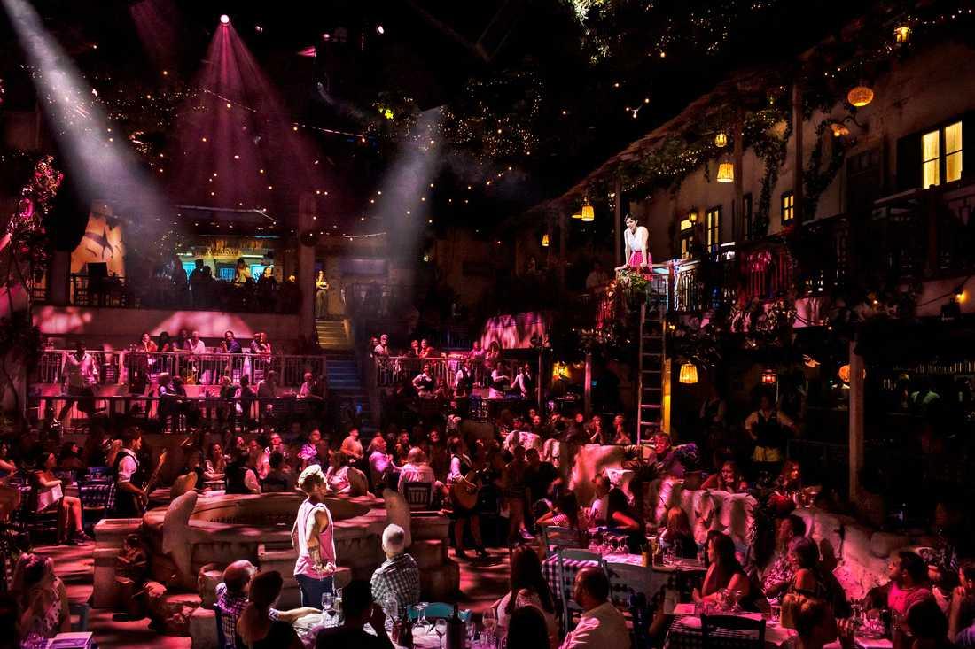 AJ Bentley (på golvet) och Julia Imbach (på balkongen) spelar det unga kärleksparet som omgivnngen vill stoppa.
