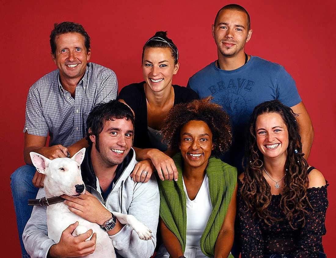 """Martin Timell, Thomas Lindberg , Isabelle Halling, Maria Mellström, Björn Christiernsson och Jessica Wahl i 2004 års upplaga av """"Äntligen hemma""""."""
