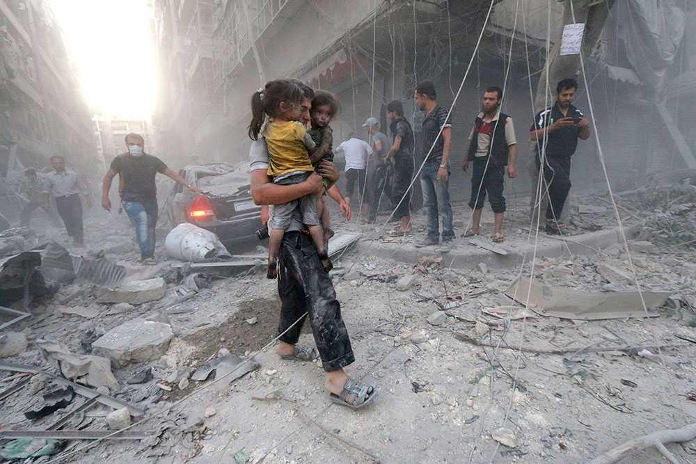 Tre och ett halvt år av inbördeskrig har lett till 200000 döda. Över en halv miljon sårade och tio miljoner har tvingats lämna sina hem. Även om Syrien är farligt för utländska journalister som reser in för en eller två veckors reportageresa är det långt mycket farligare för civilbefolkningen som valt att stanna eller av olika skäl tvingats.