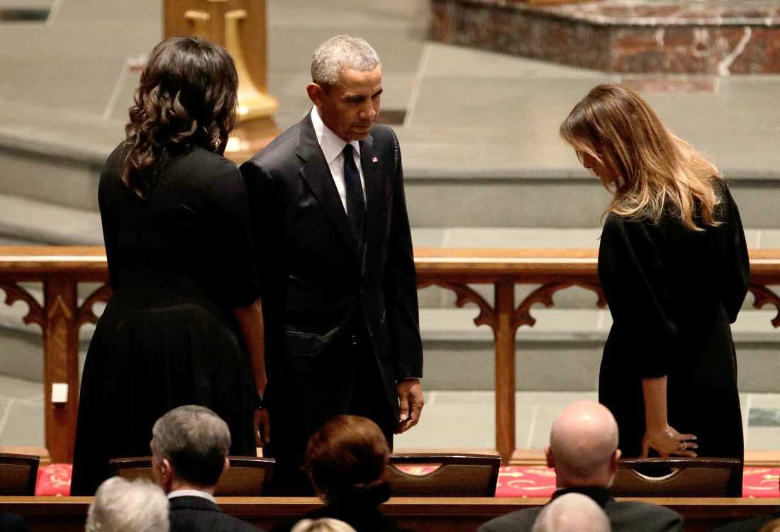 Barack Obama och Michelle Obama hälsar på Melania Trump.