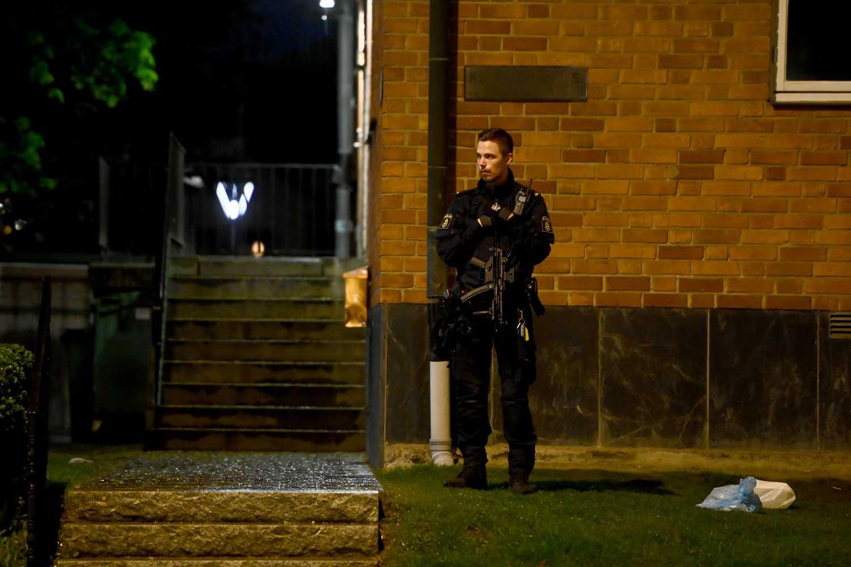 Polisen var på plats i Eskilstuna även efter att brandkaoset ebbat ut.